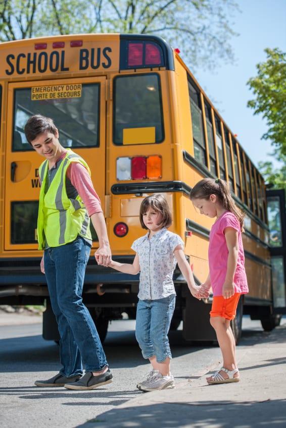Niños llegando a la escuela