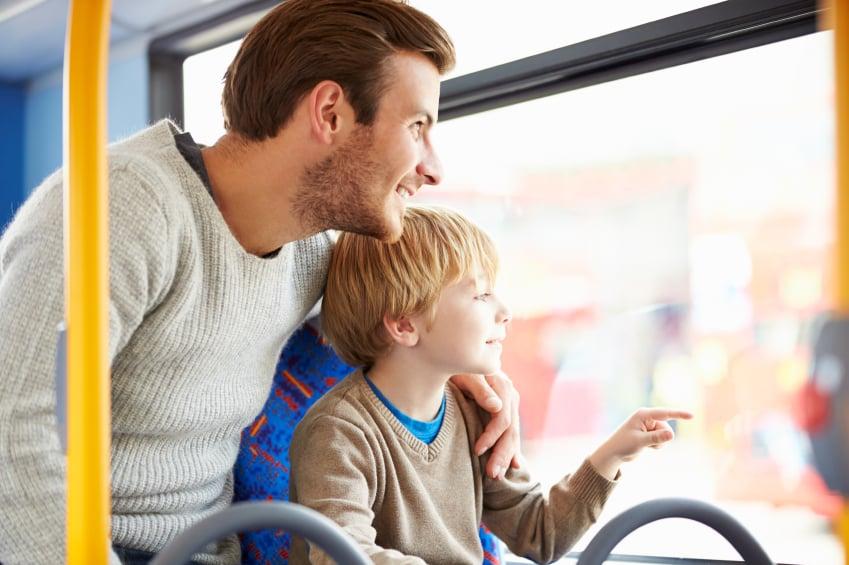Padre e hijo disfrutando juntos de viaje en autobús
