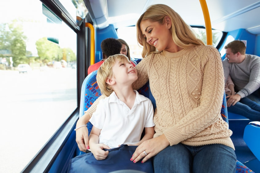 Madre e hijo van a la escuela en autobús juntos