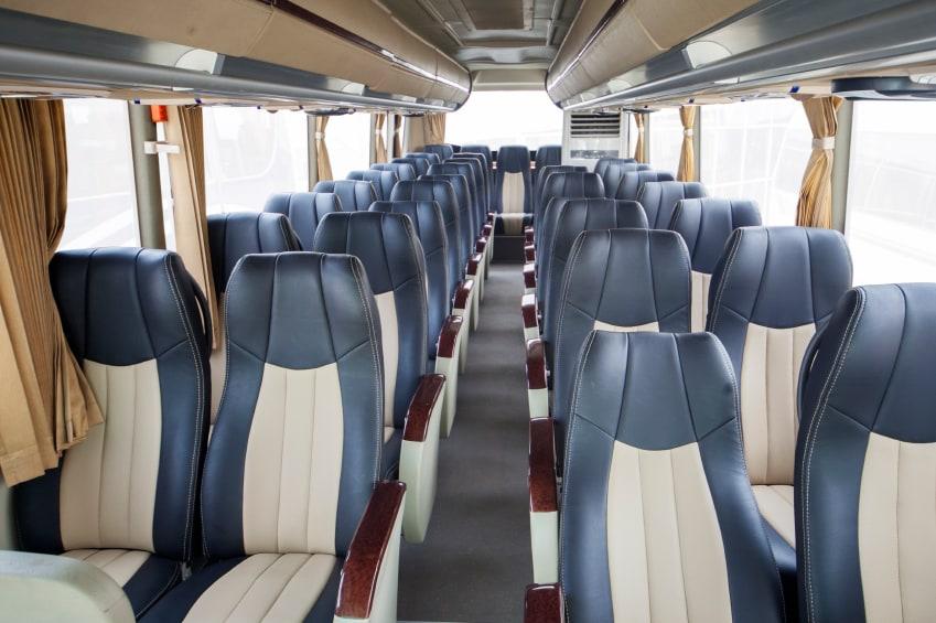 Asientos de lujo de autobús moderno para transporte turístico.
