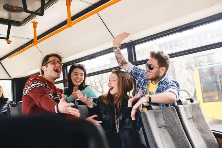 transporte. gente en el bus. da cinco,