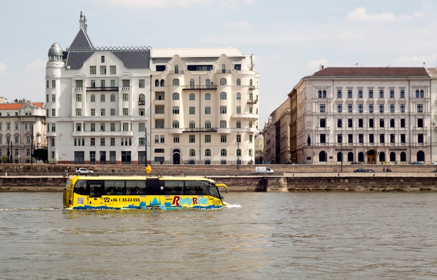 Bus actuatico en mitad del rio