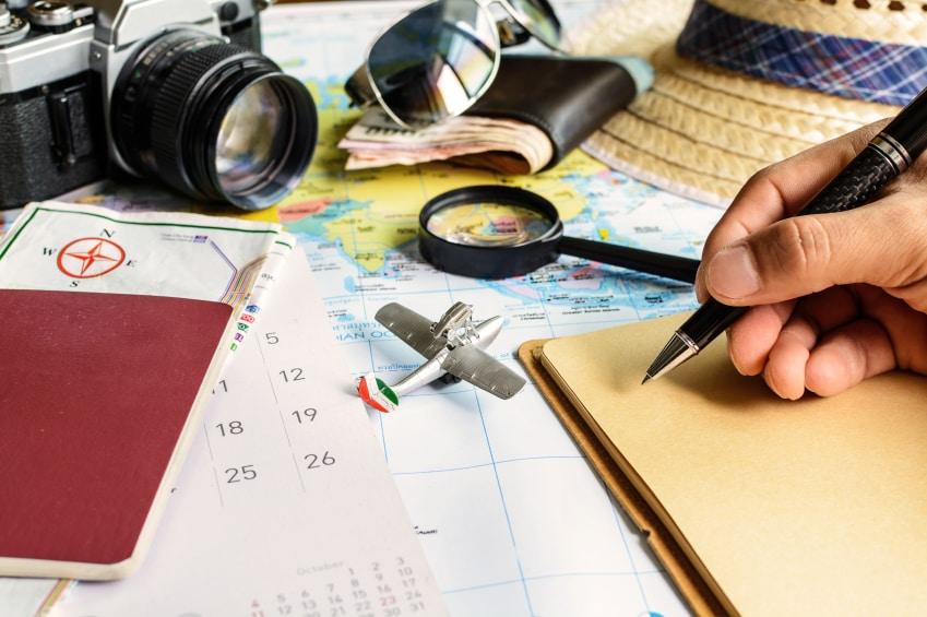 Diario y calendario con pasaporte y mapa, planificación de viajes