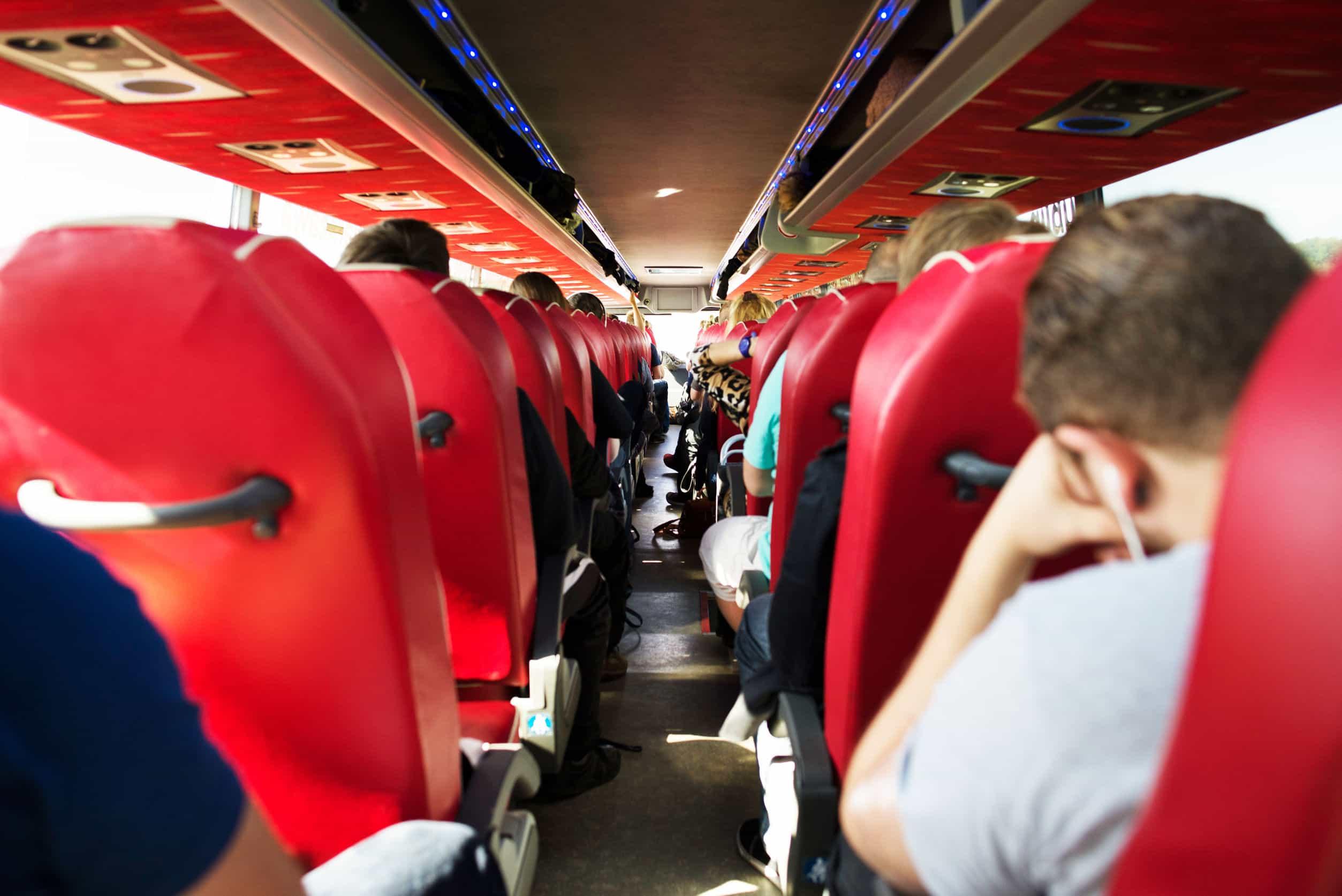 Auto bús rojo, inteior, vista pasajero