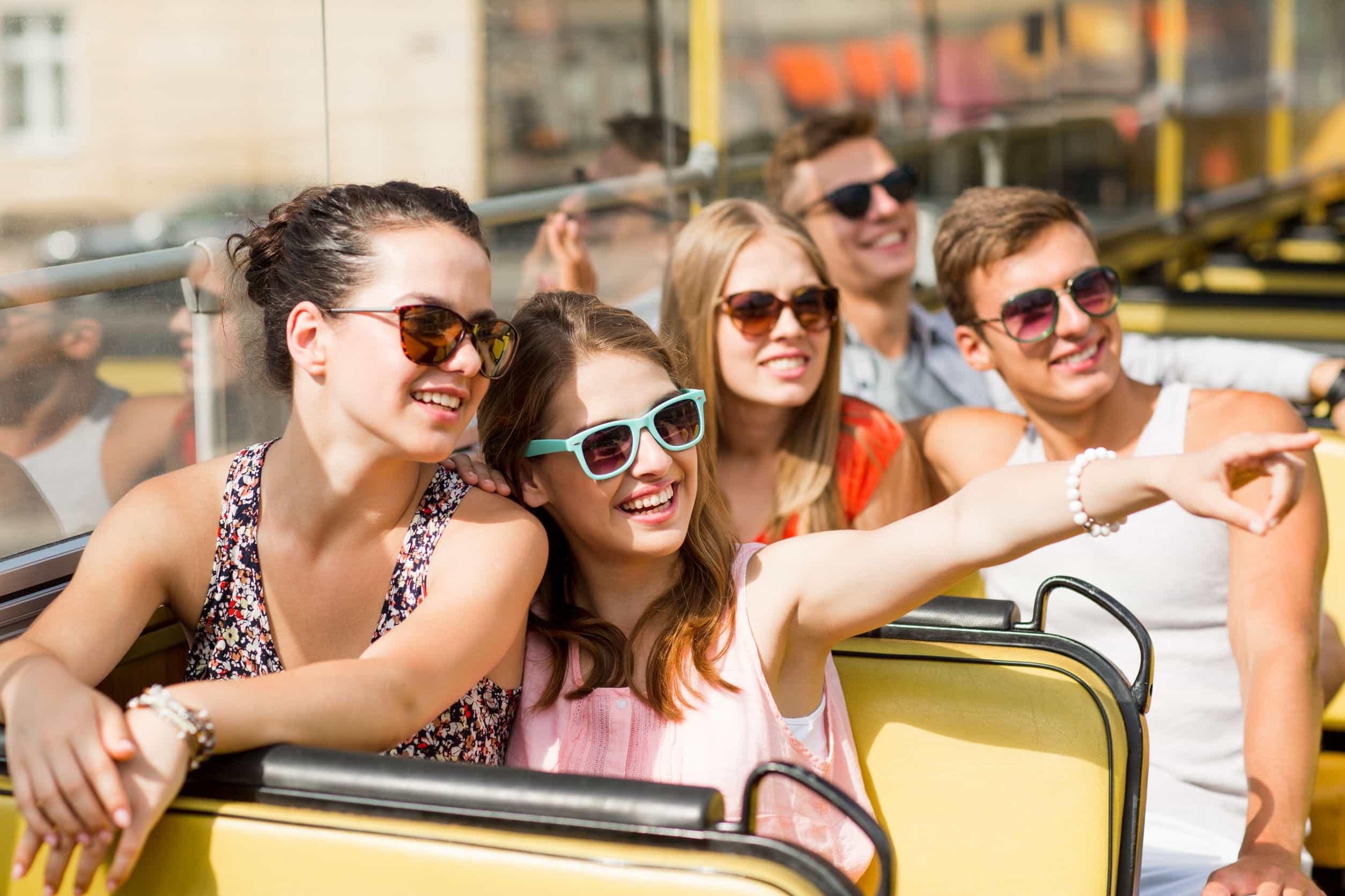 Bus, grupo de jovenes riendo