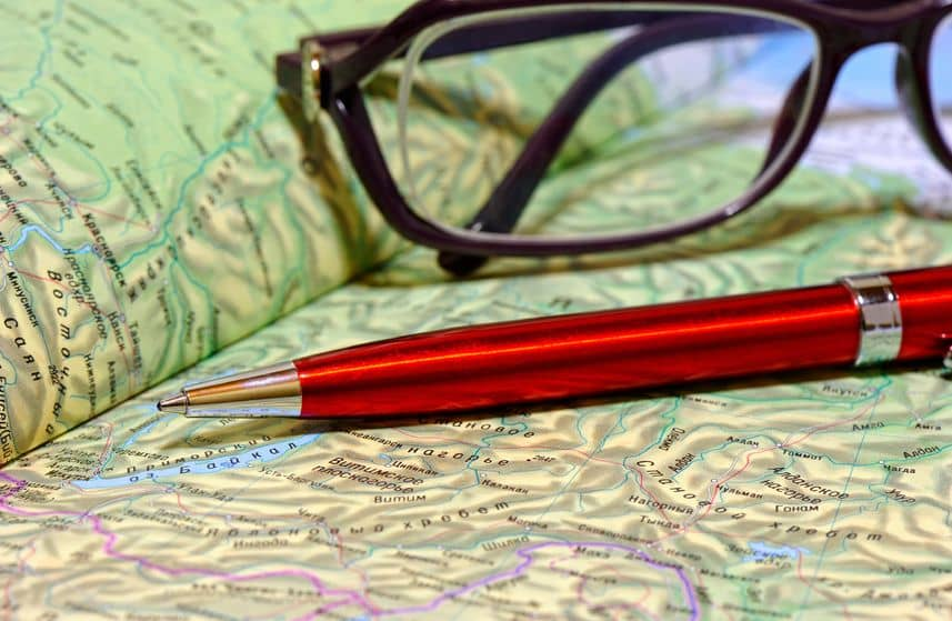 Mapa, lentes, bolígrafo