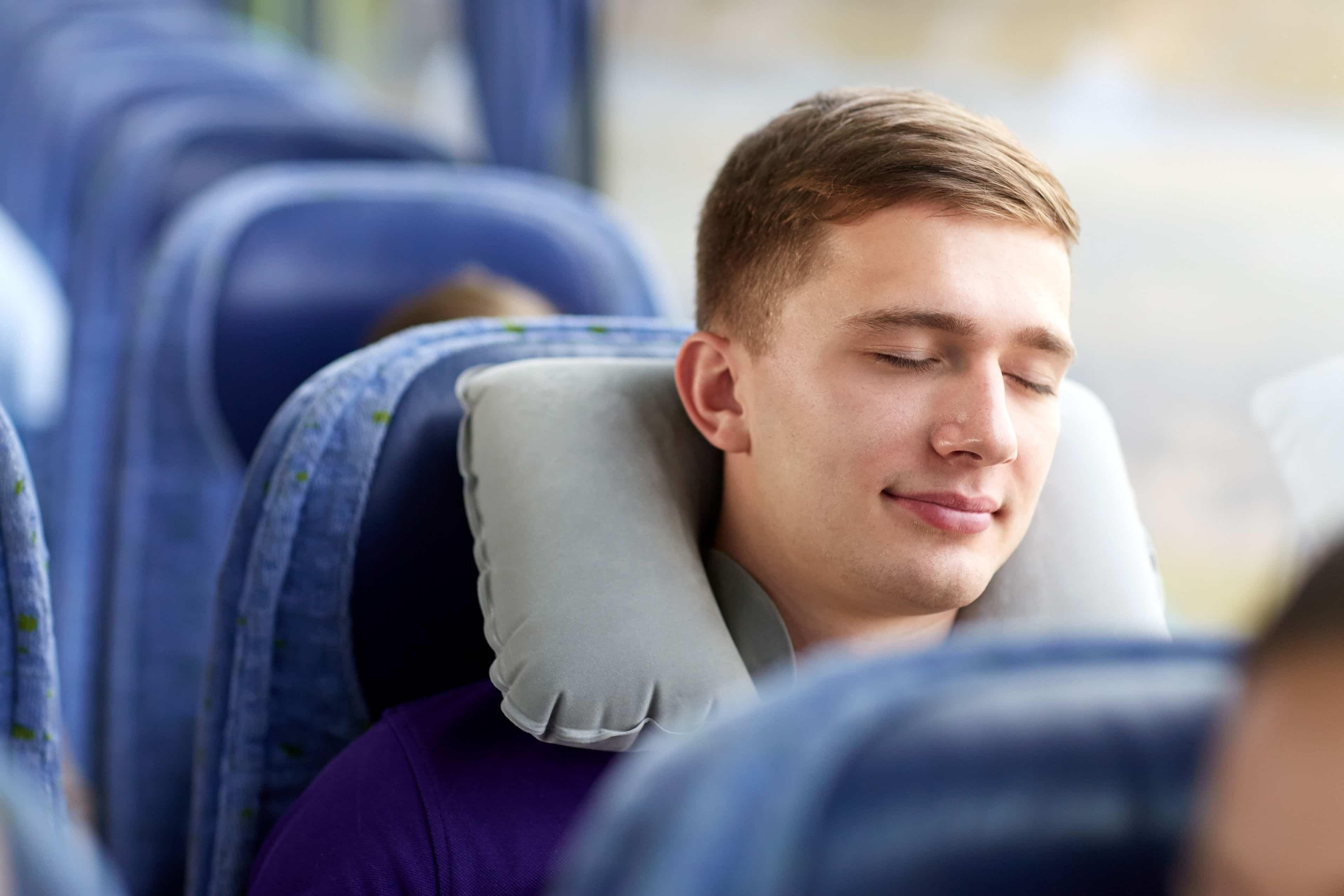 Pasajero, bus, descansando comodo