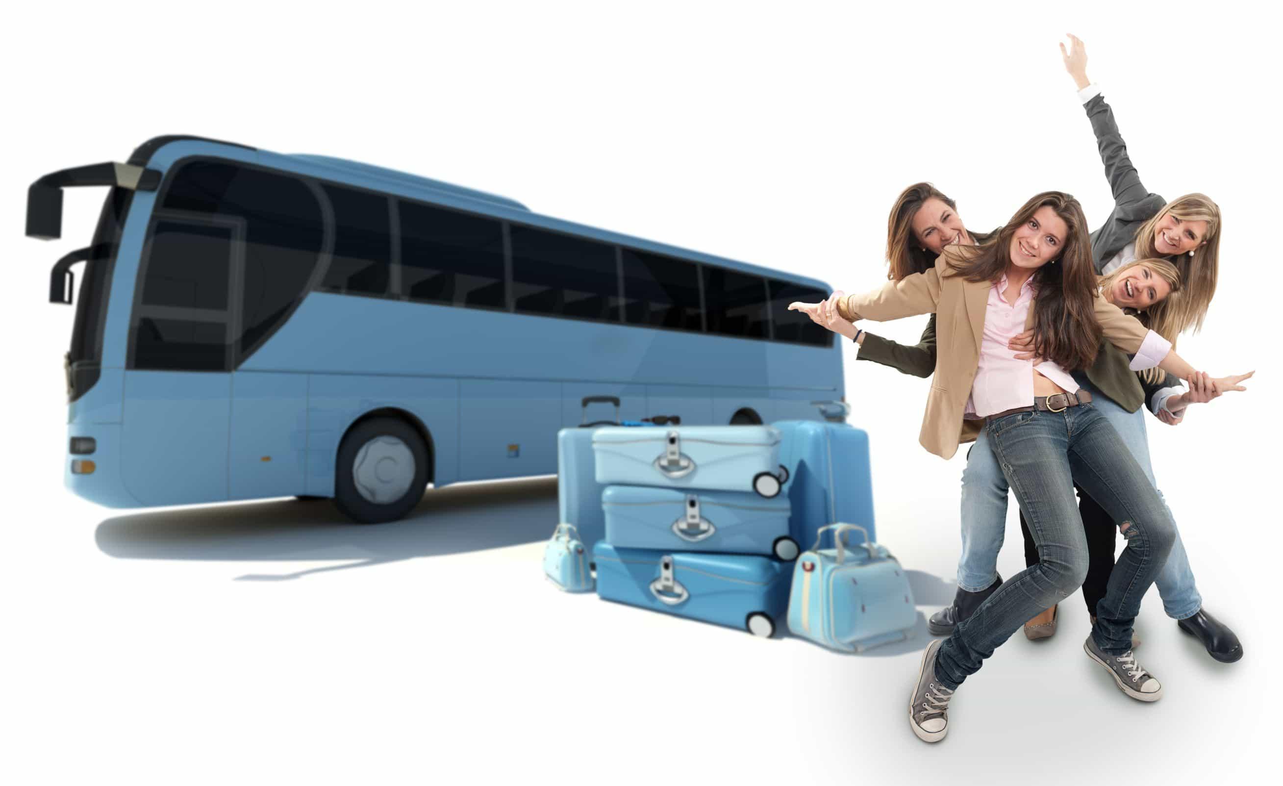 Bus, maletas, personas renunidas sonriendo