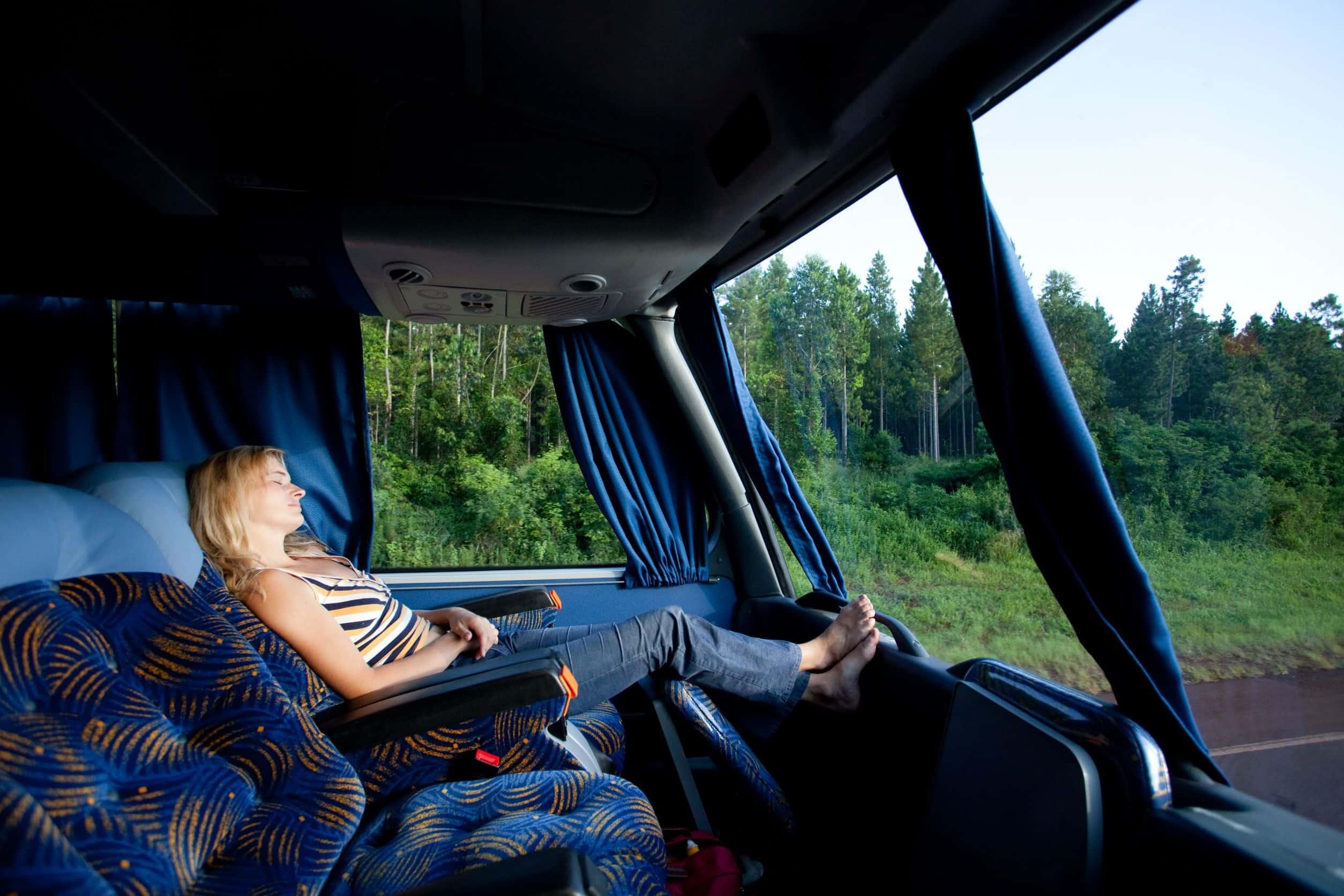 chica durmiendo en un autocar
