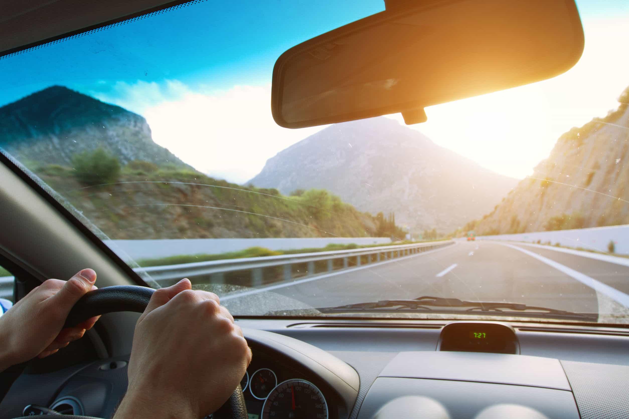 Conduciendo coche en la carretera de montaña.