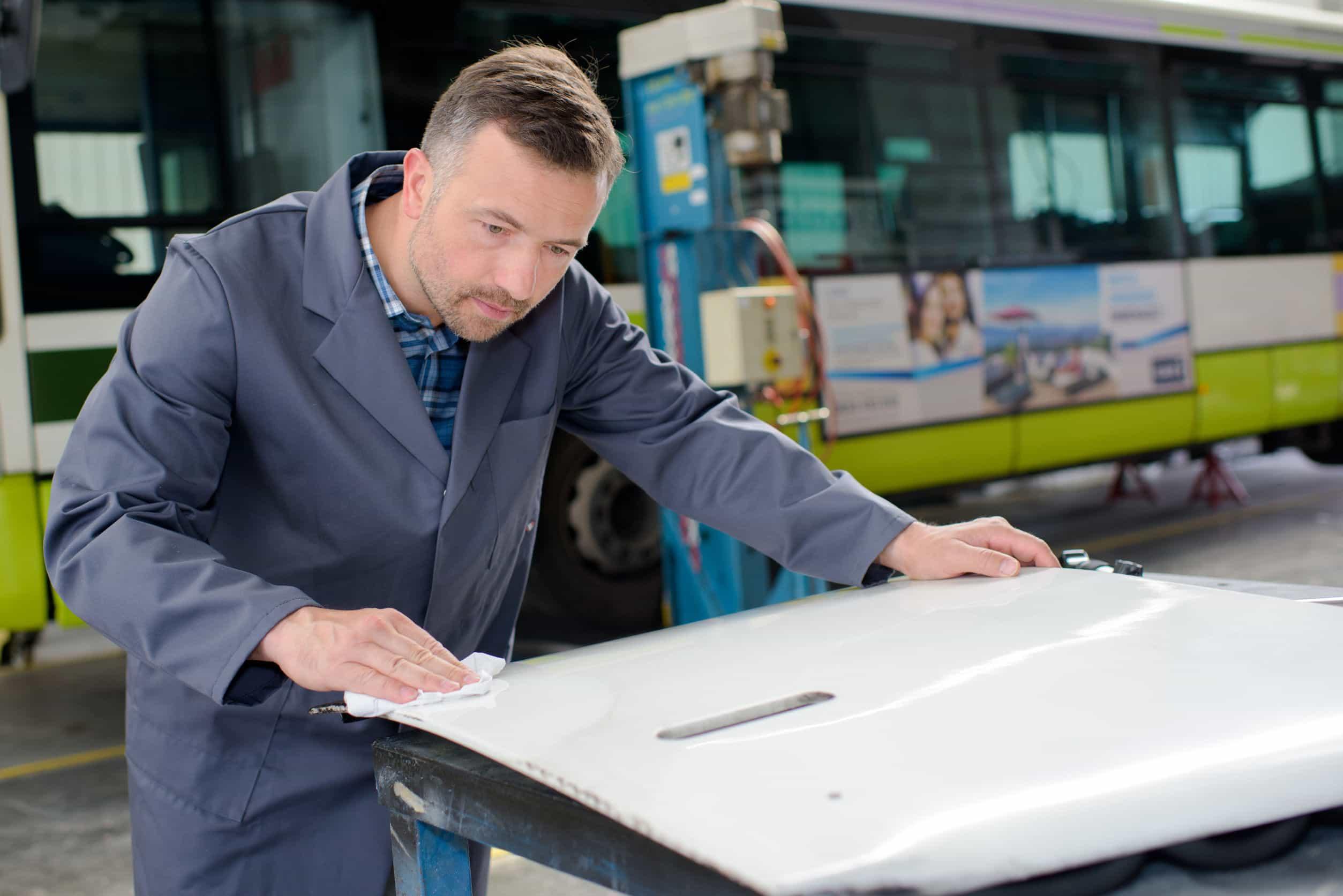 limpieza exterior de un autobús